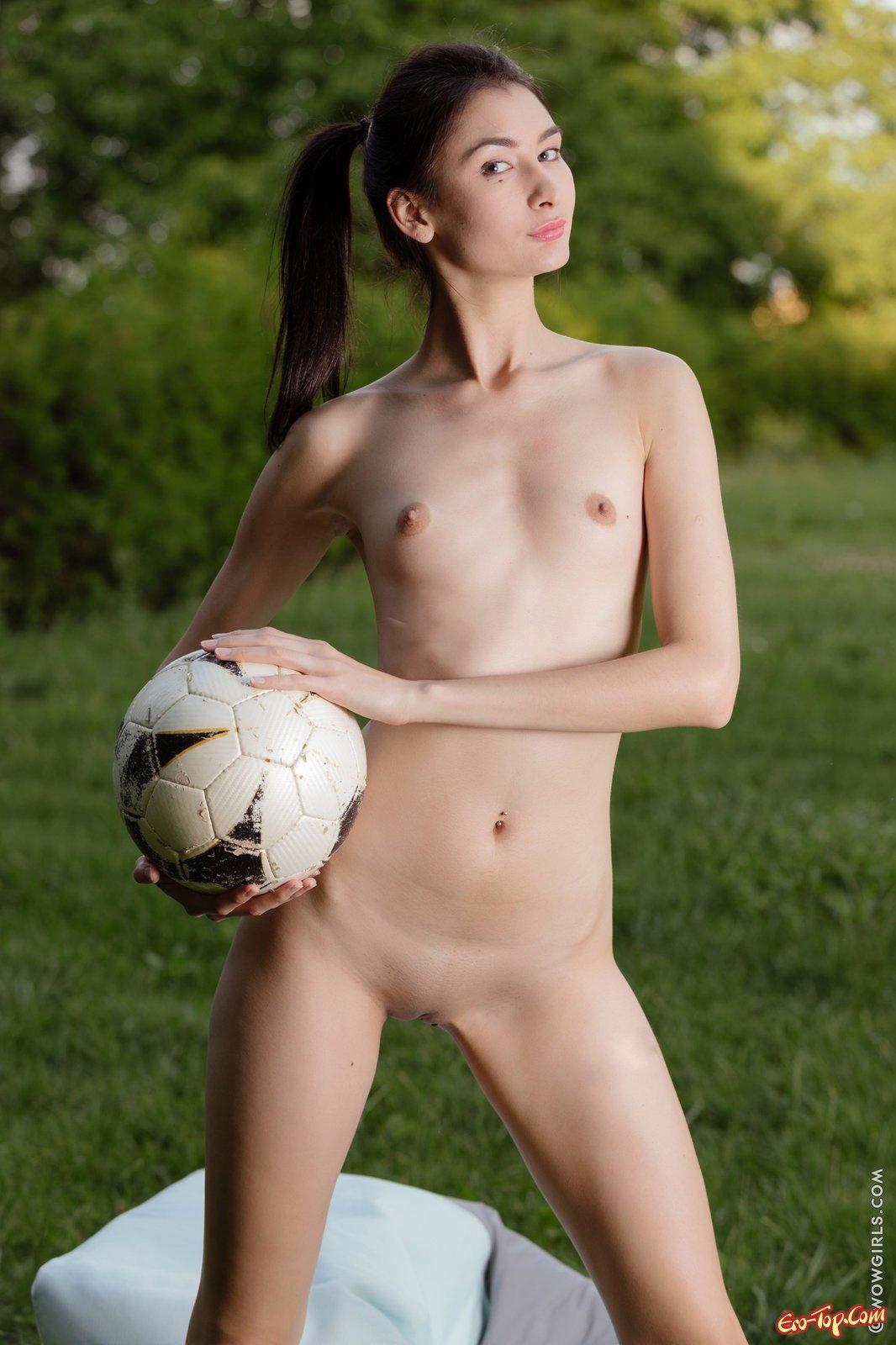 Нагая футболистка с мячом