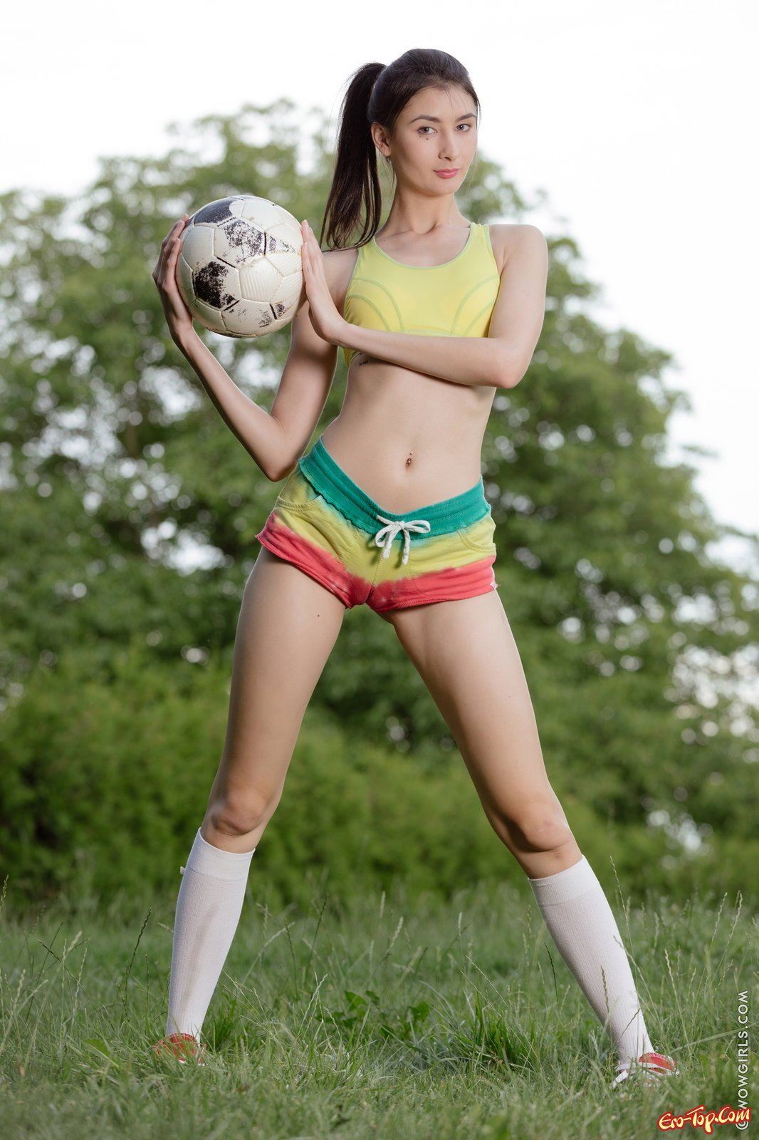 Голая футболистка с мячом