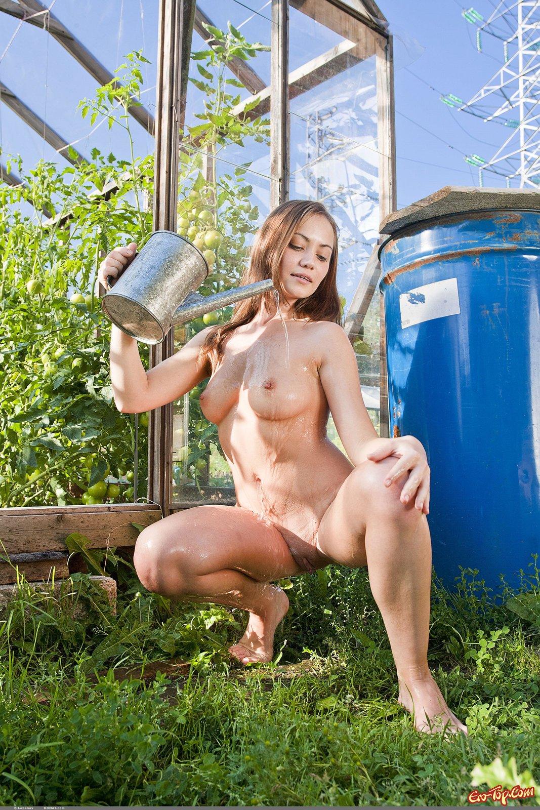 Голая девка в огороде