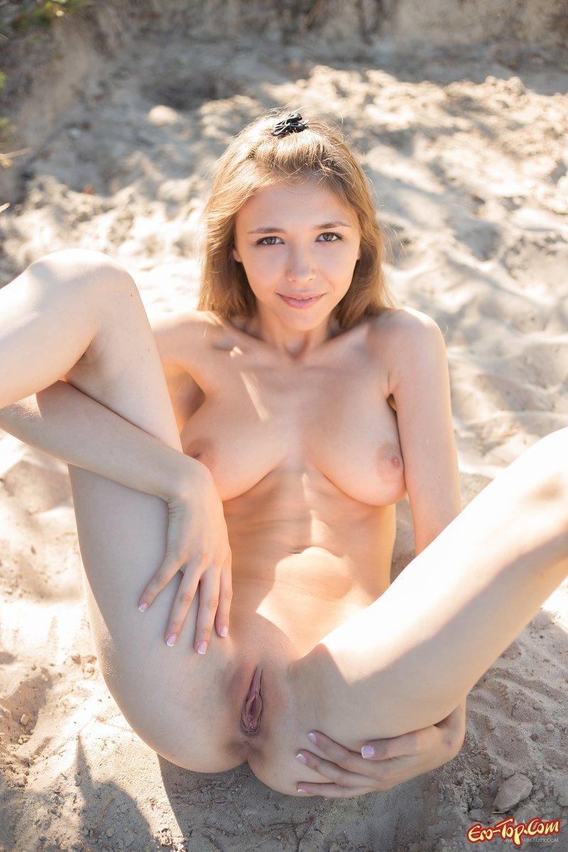 Раздетая деваха на берегу моря