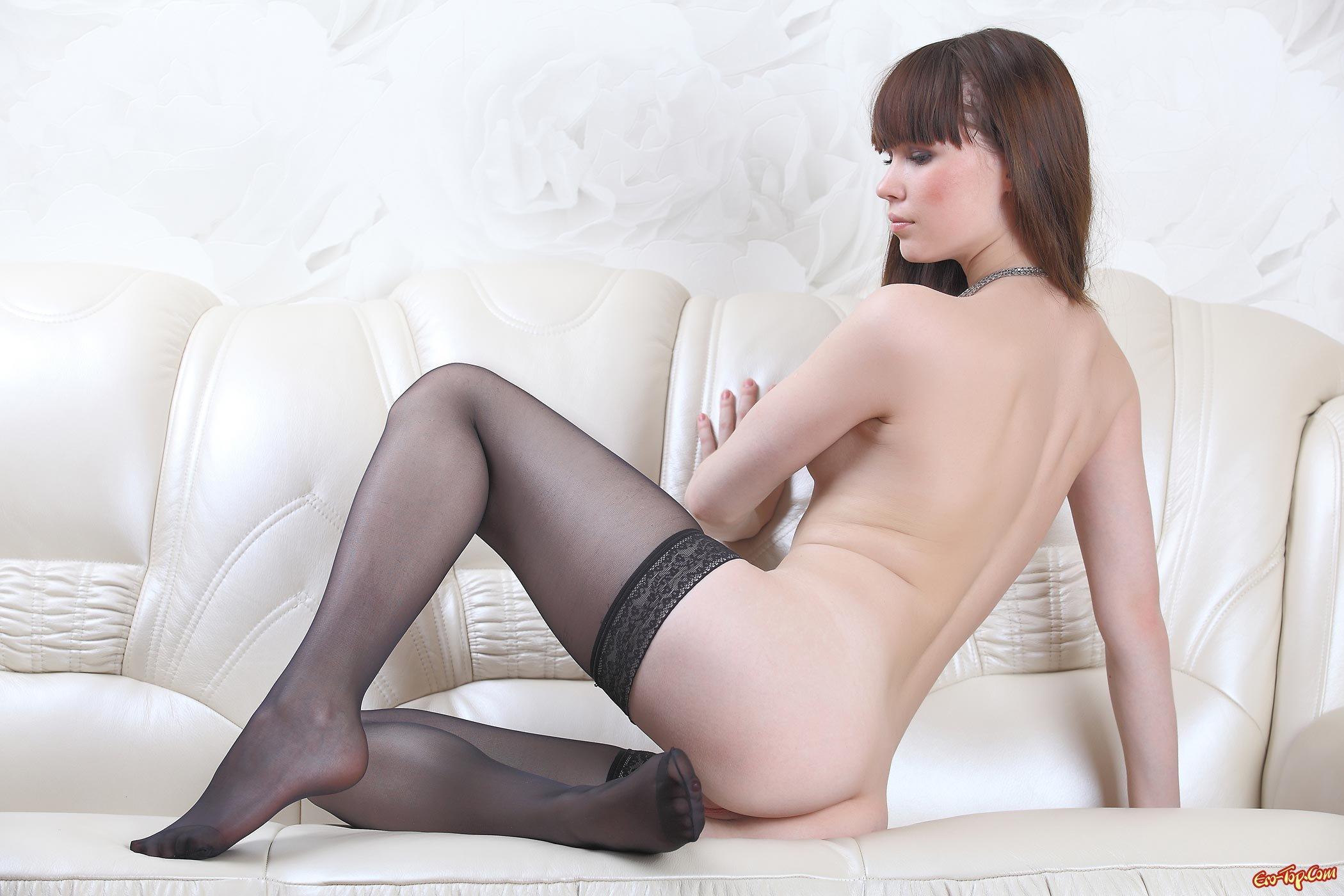 Голая русская девушка в чёрных чулках