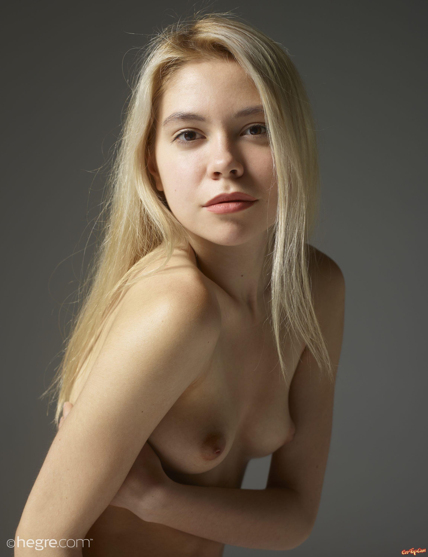 Раздетая модель со свелыми волосами низкого роста секс фото