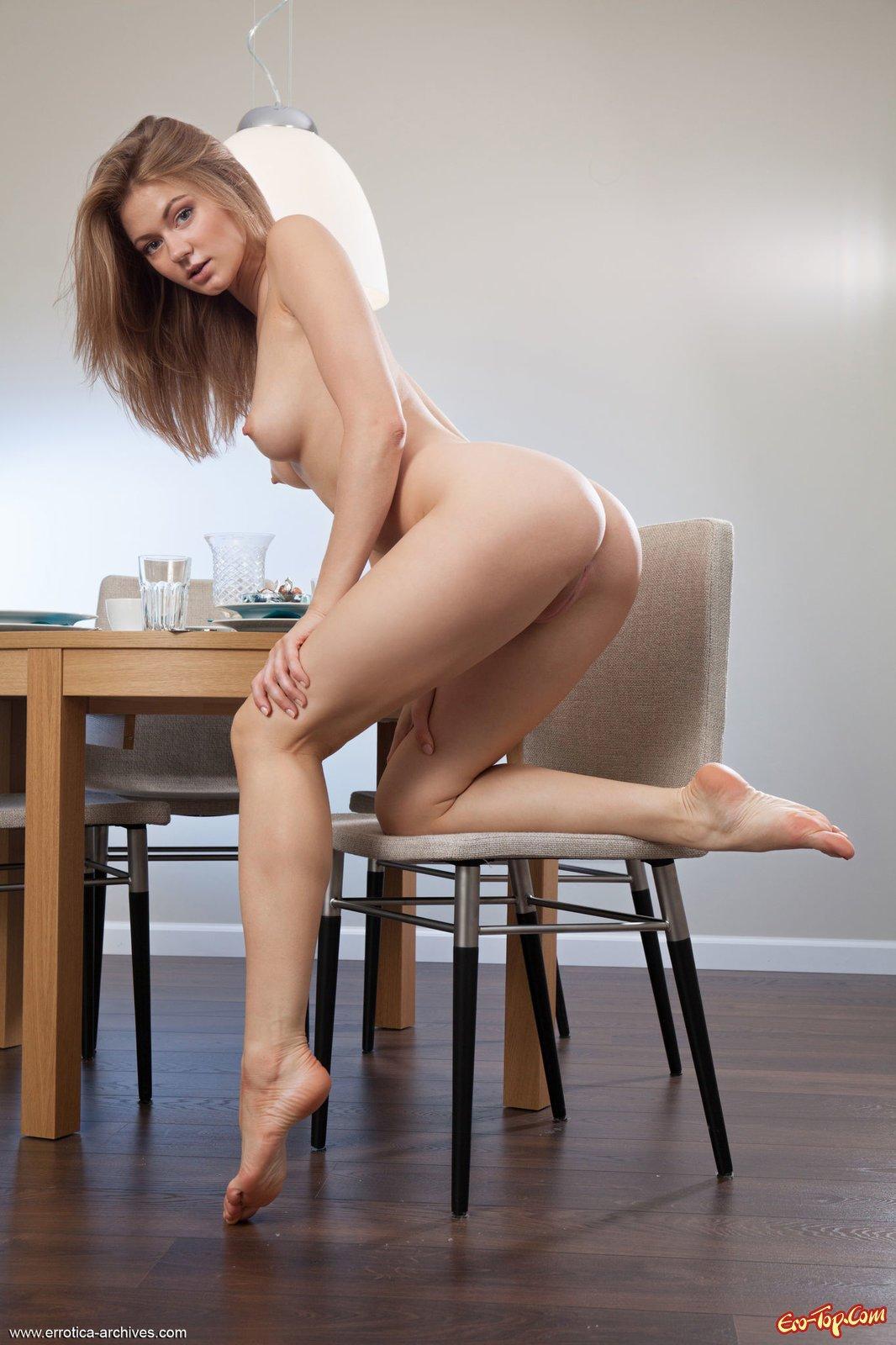 Красивая голая блондинка с шикарным телом