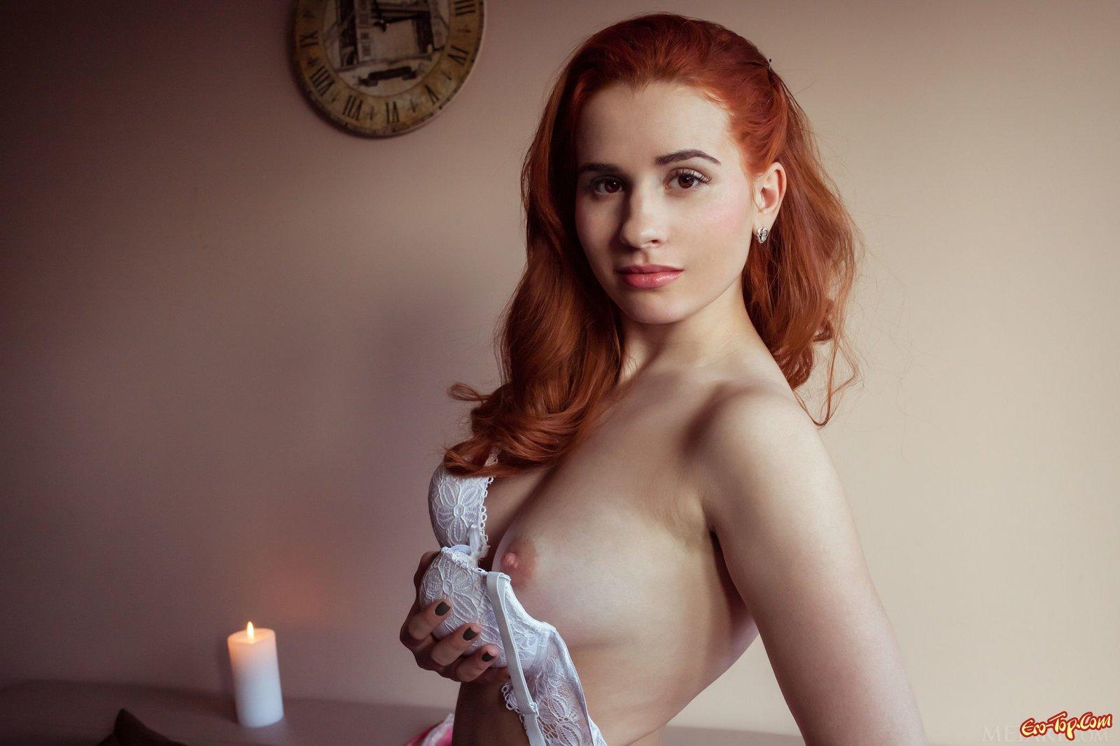 Рыженькая деваха с очень упругим бюстом