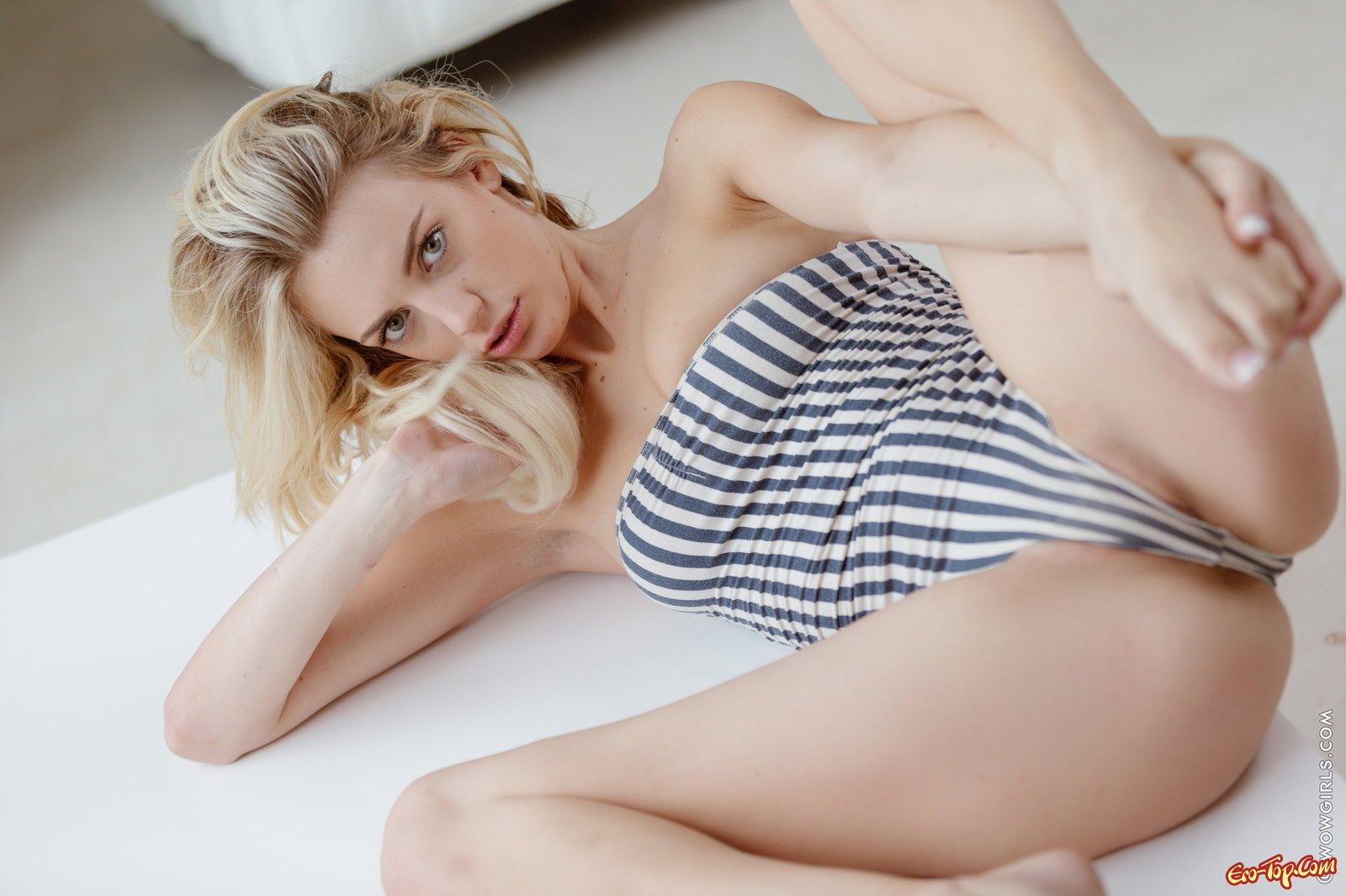 Раздетая блондинка с чистенькой вульвой