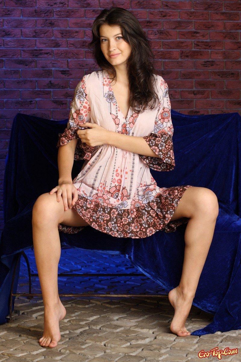 Хорошенькая русая порноактрисса сняла халатик секс фото