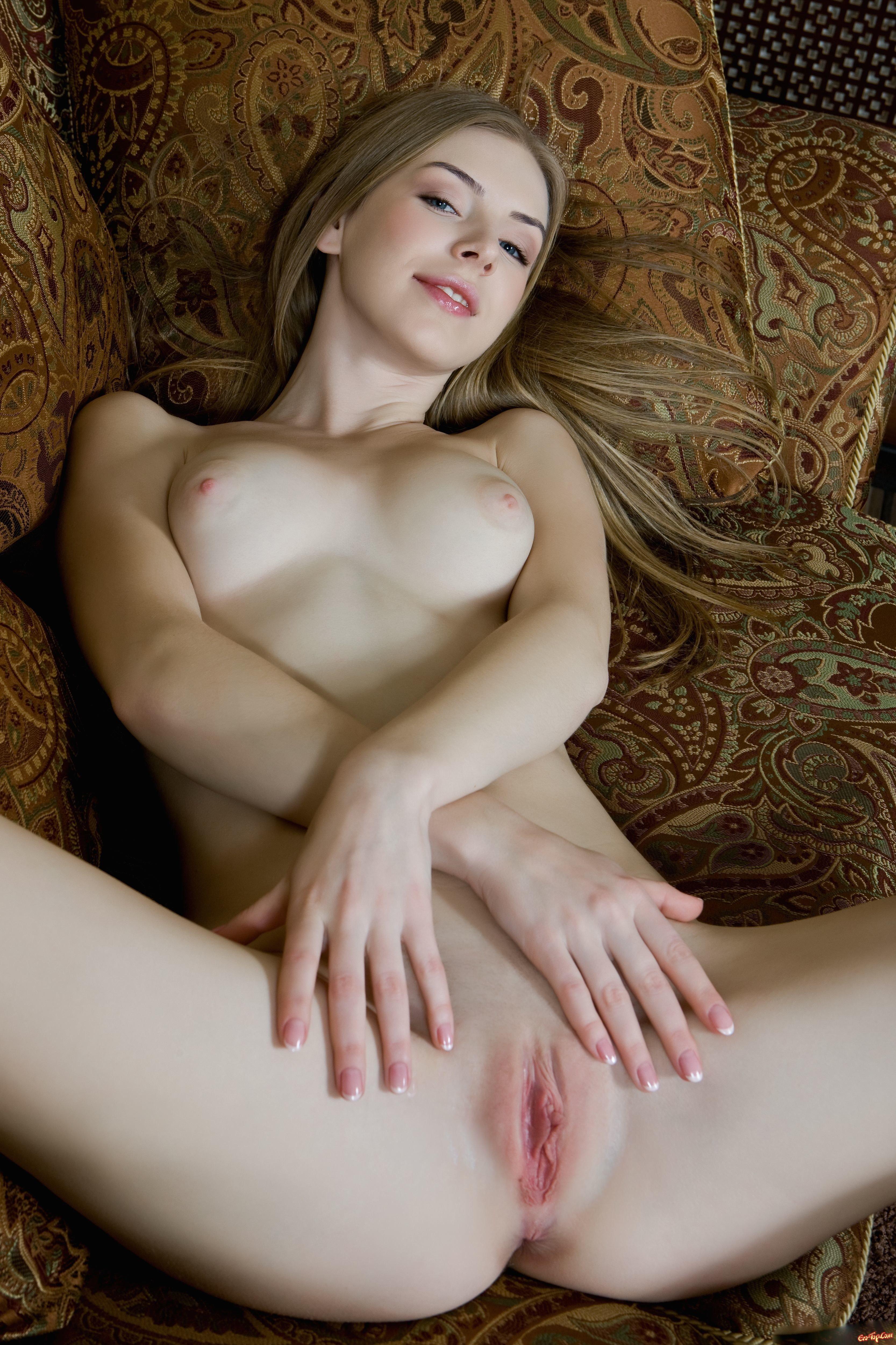 Стриженная розовая пизда сучки со свелыми волосами