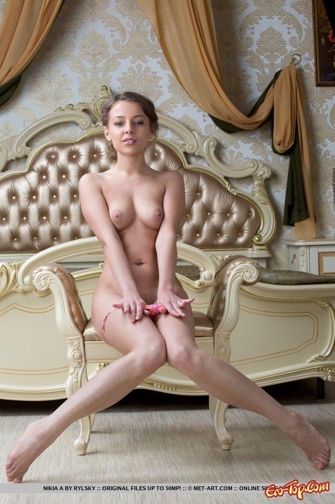 Кобыла стащила розовые бикини секс фото