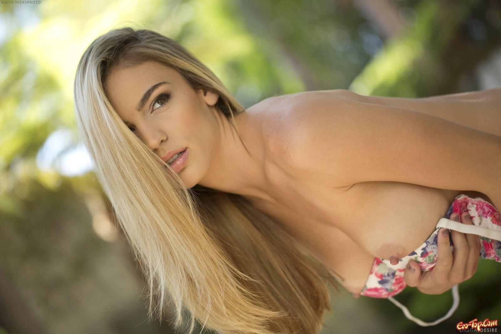 Сексуальная модель со свелыми волосами засветила крупные сиськи
