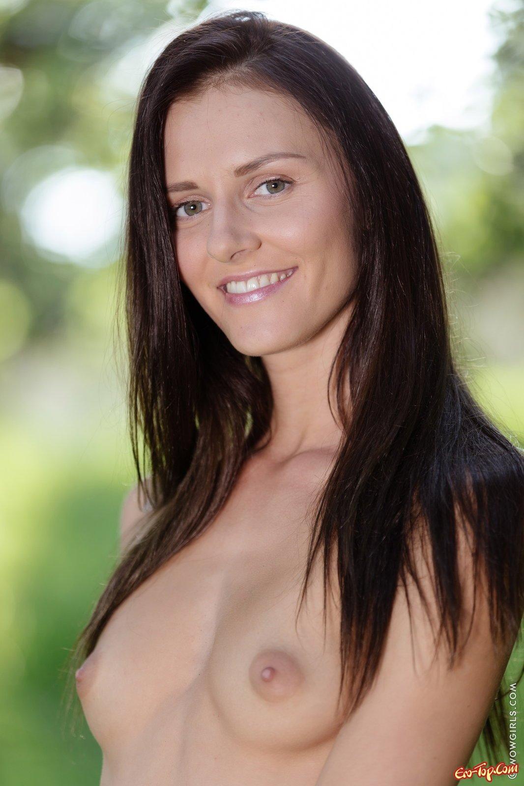 С голенькой попкой в саду секс фото