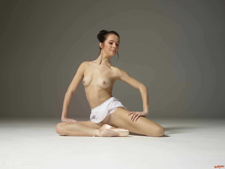 Голая сексуальная балерина