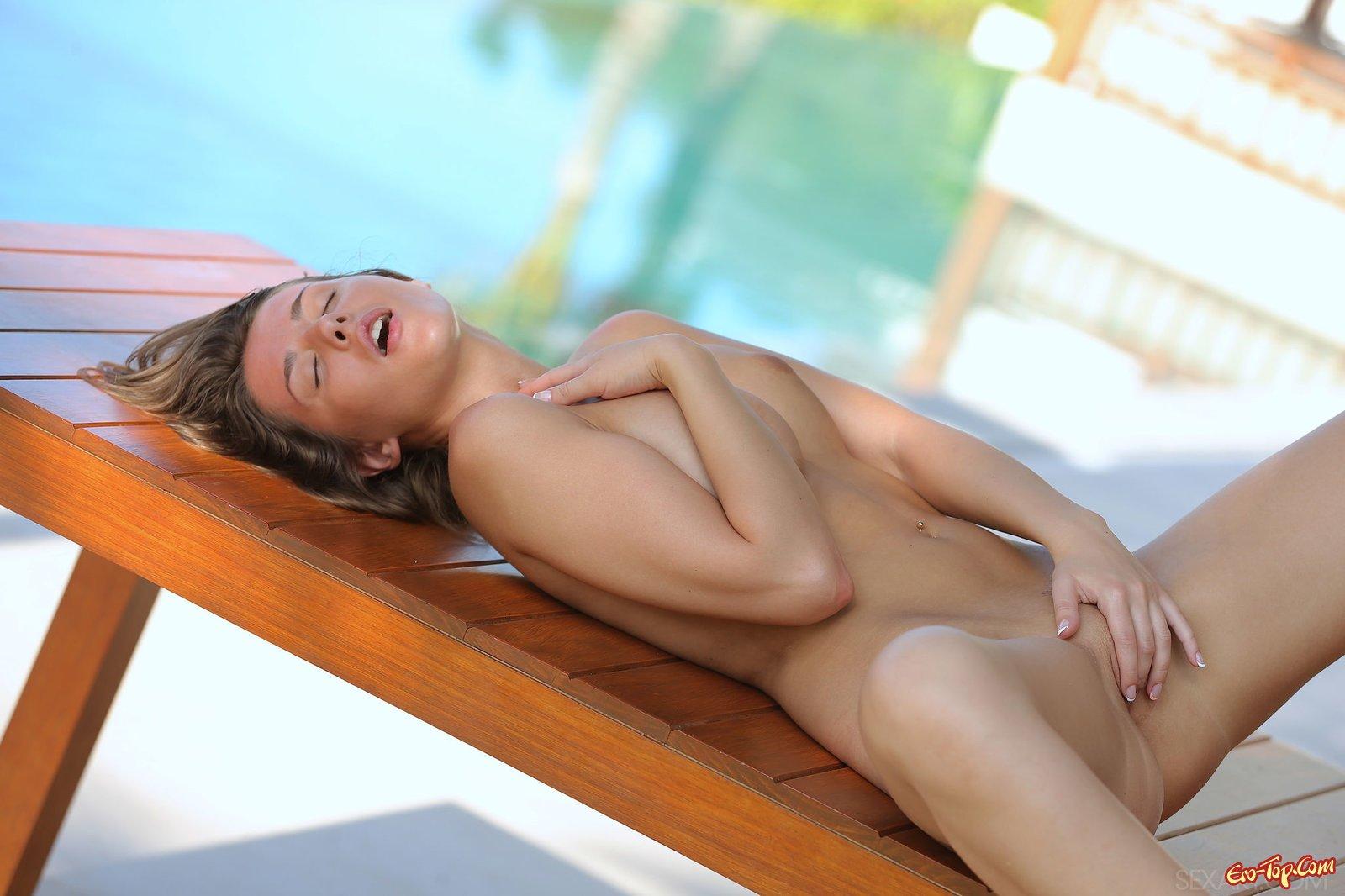 Красотка с пышной грудью сняла купальник