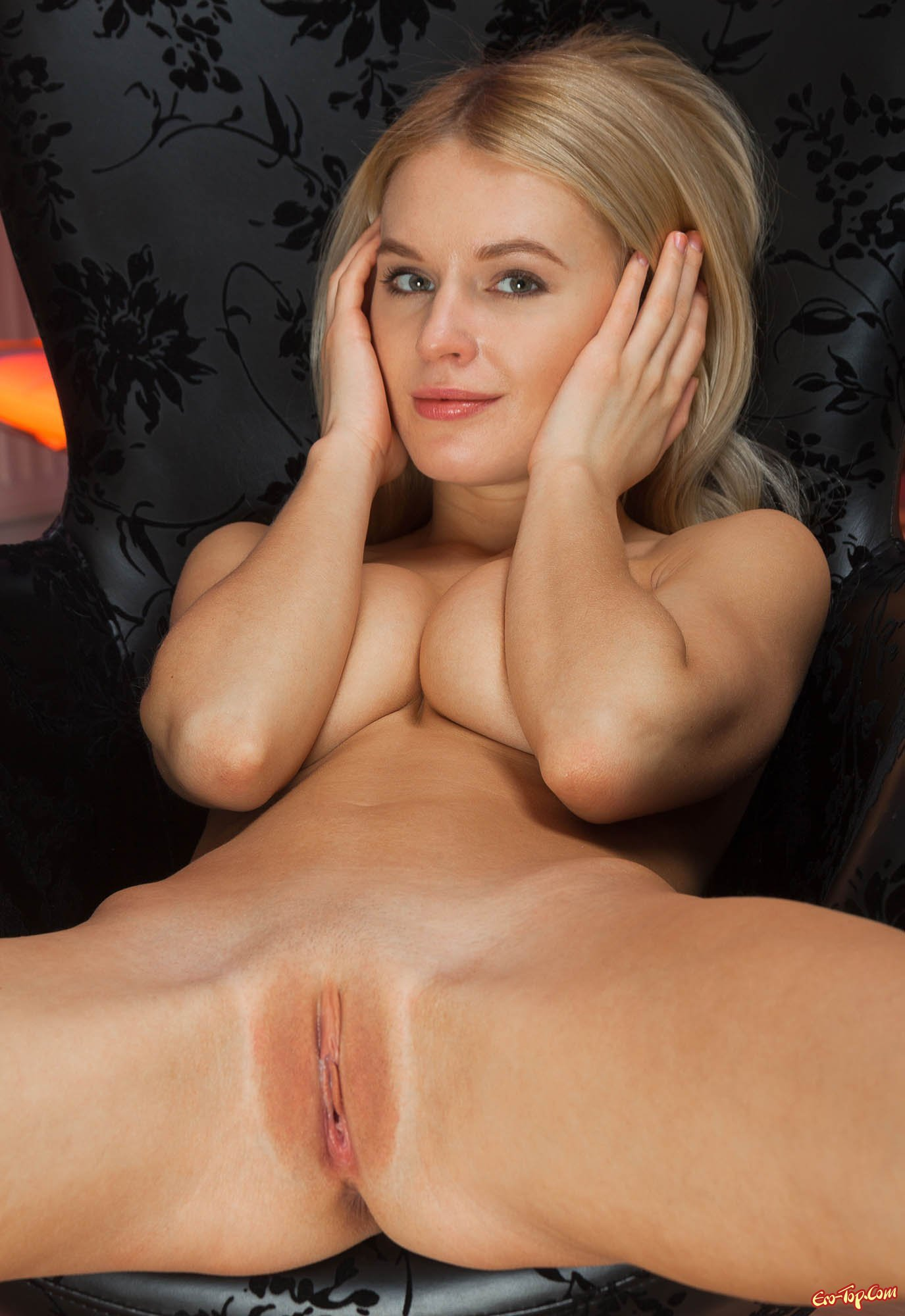 Блондинка раздвинула ножки и показала писю