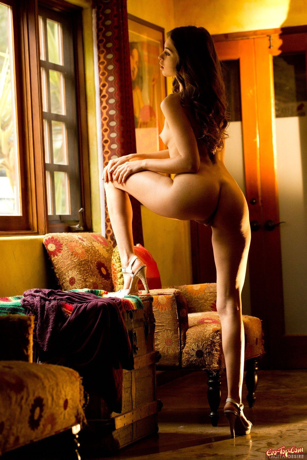 Красивая девушка снимает белые трусики