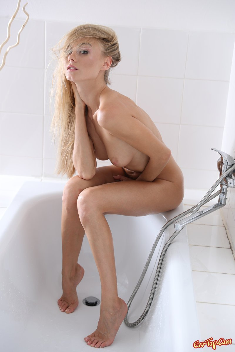 Голая блондинка в ванной