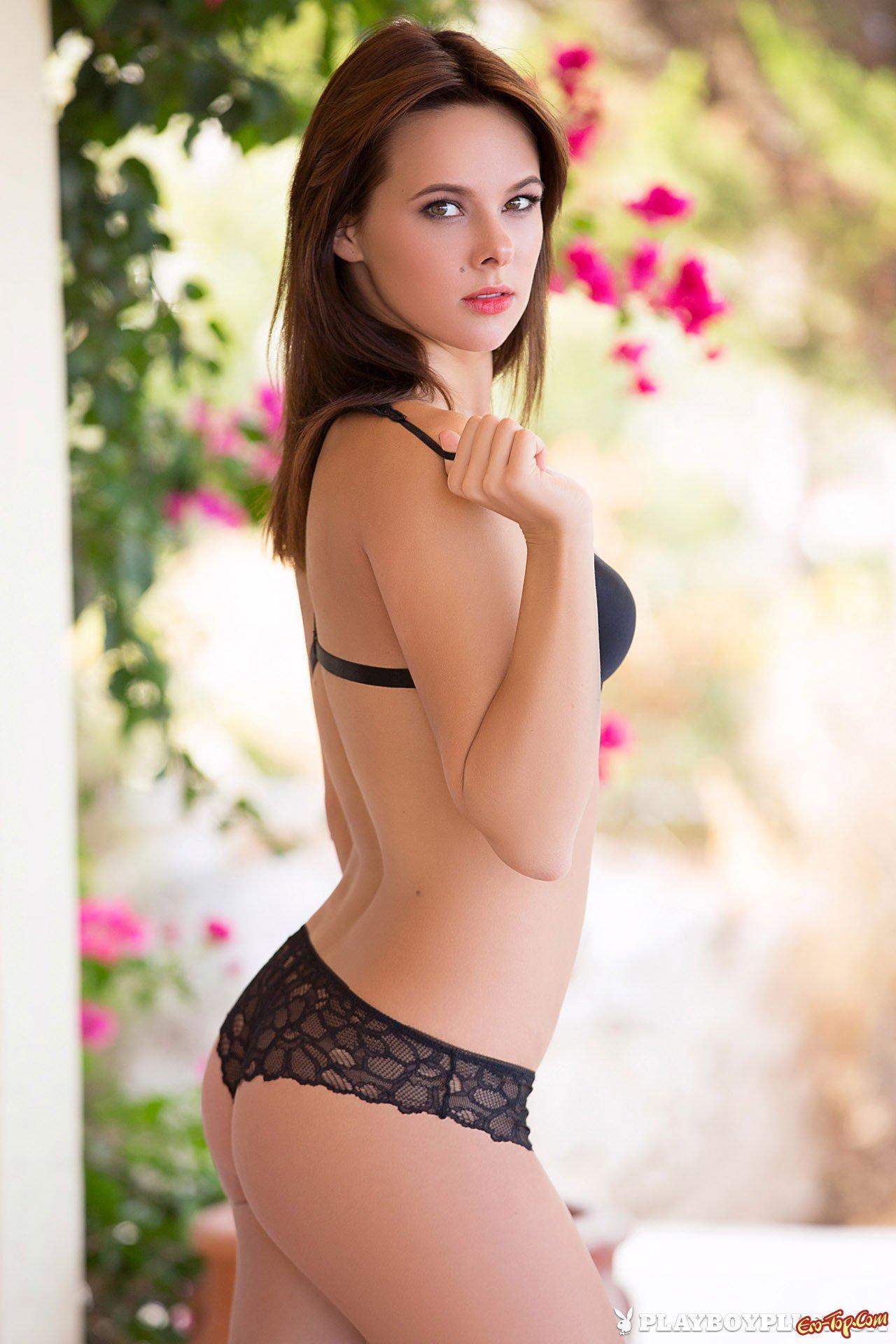 Сняла одежду и растопырила ноги на спине секс фото