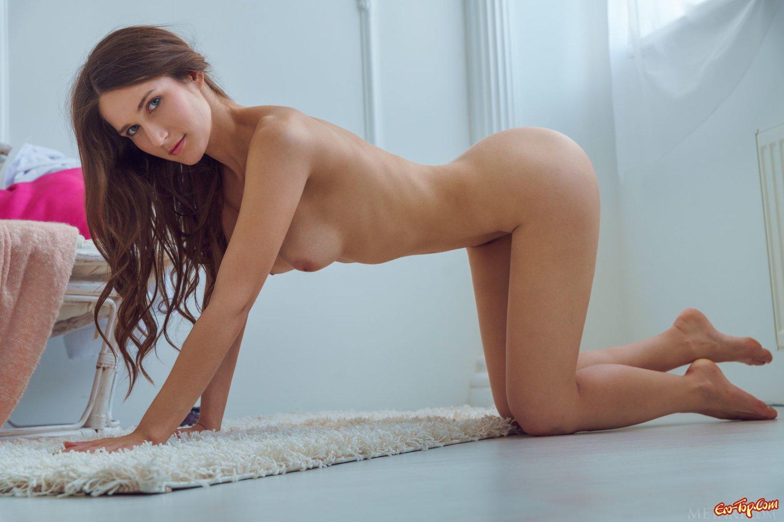 Кобыла показала восхитительные сиськи секс фото