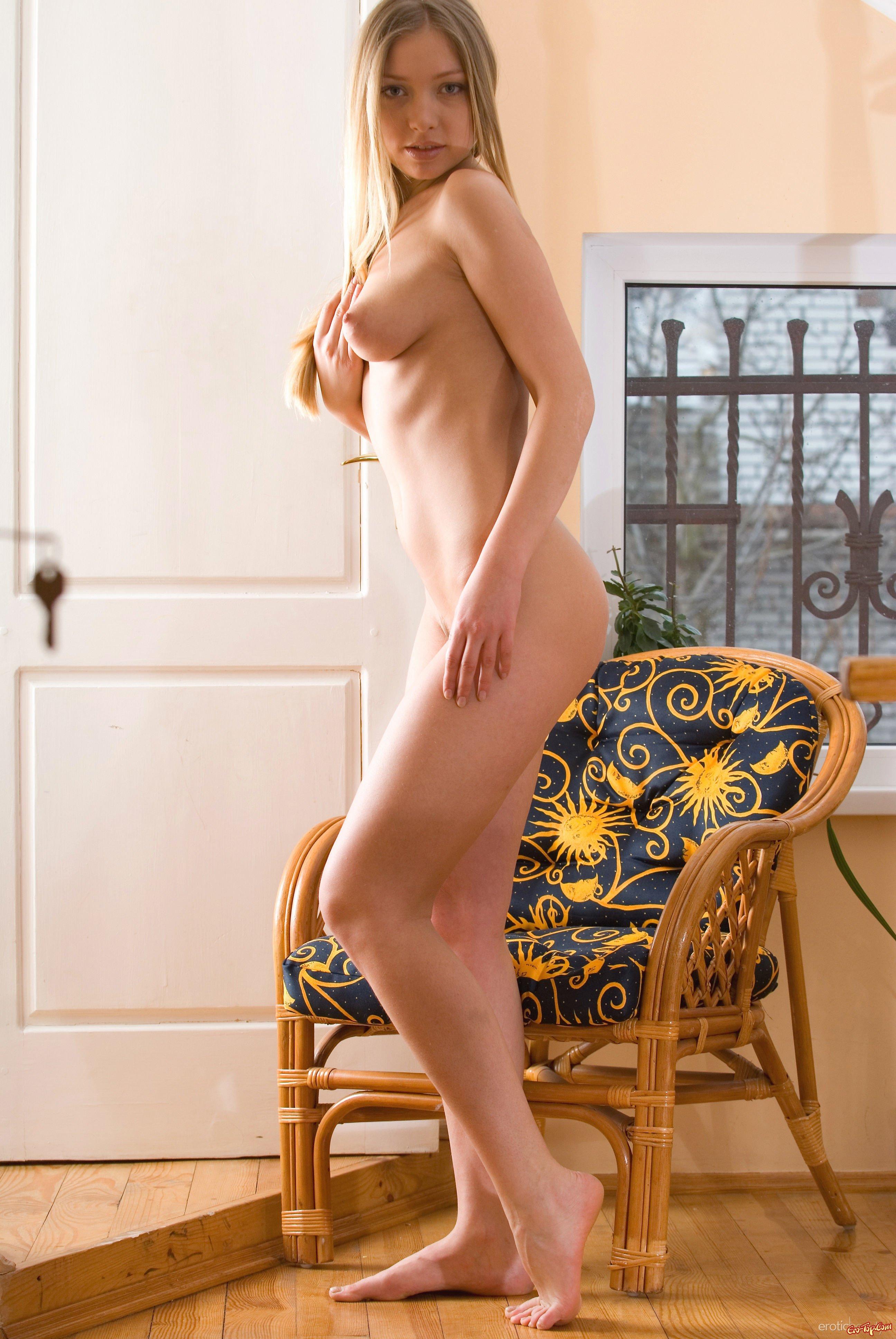 Соблазнительная нагая блондинка секс фото