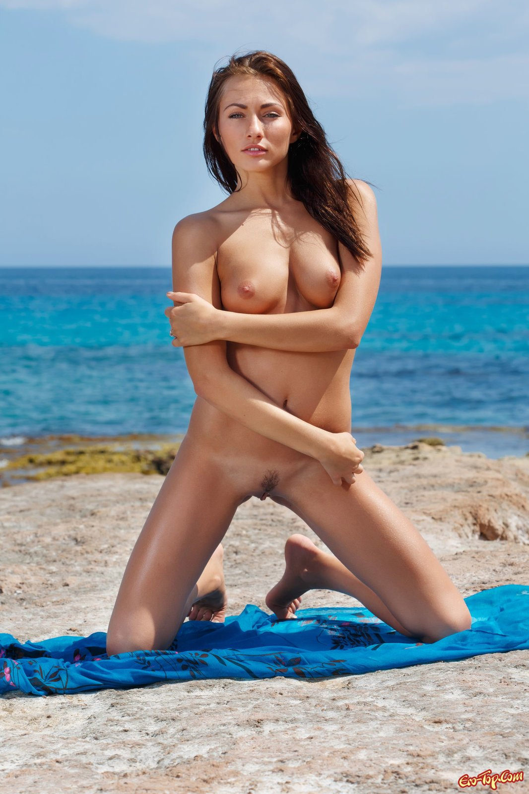 Шатенка стягивает купальник на море смотреть эротику