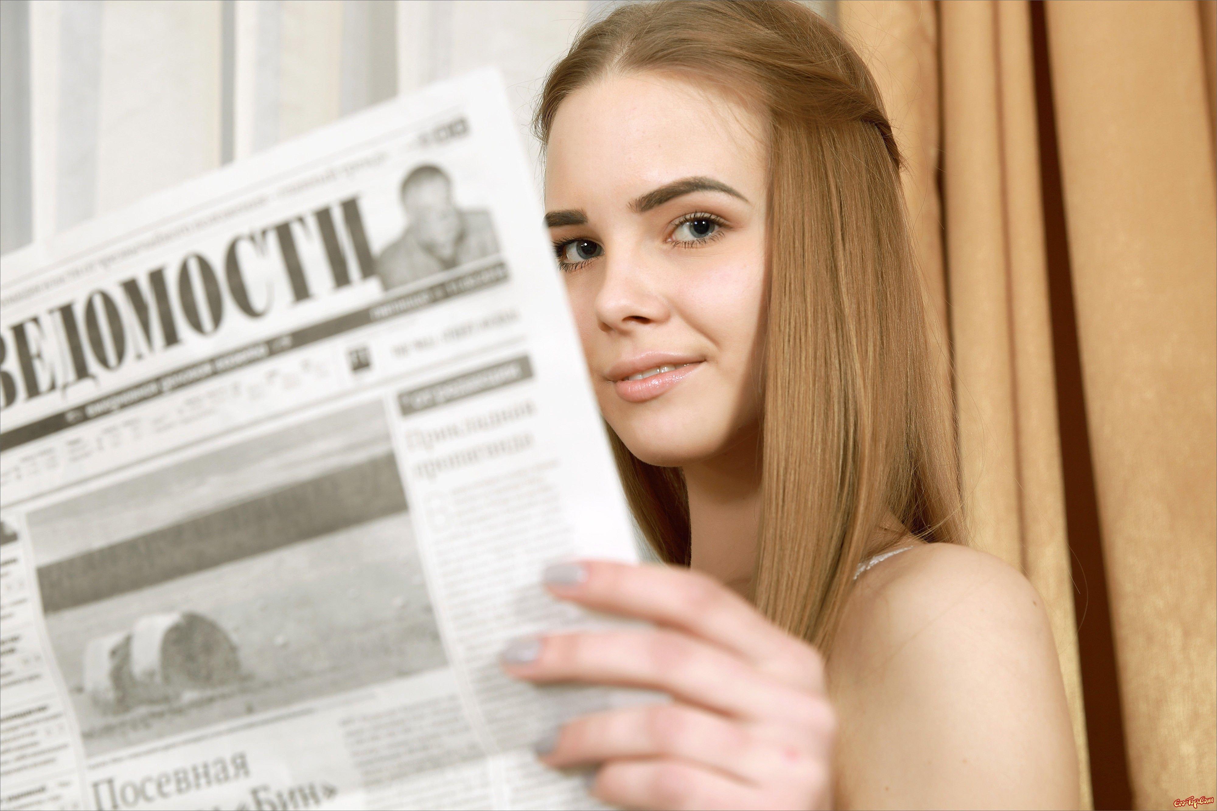 Изящная молоденькая светловолосая девушка раздевается смотреть эротику