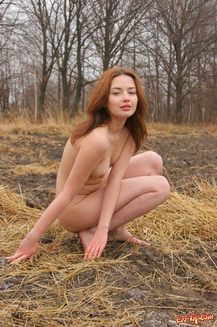 Упругие сиськи и попка рыжей девушки