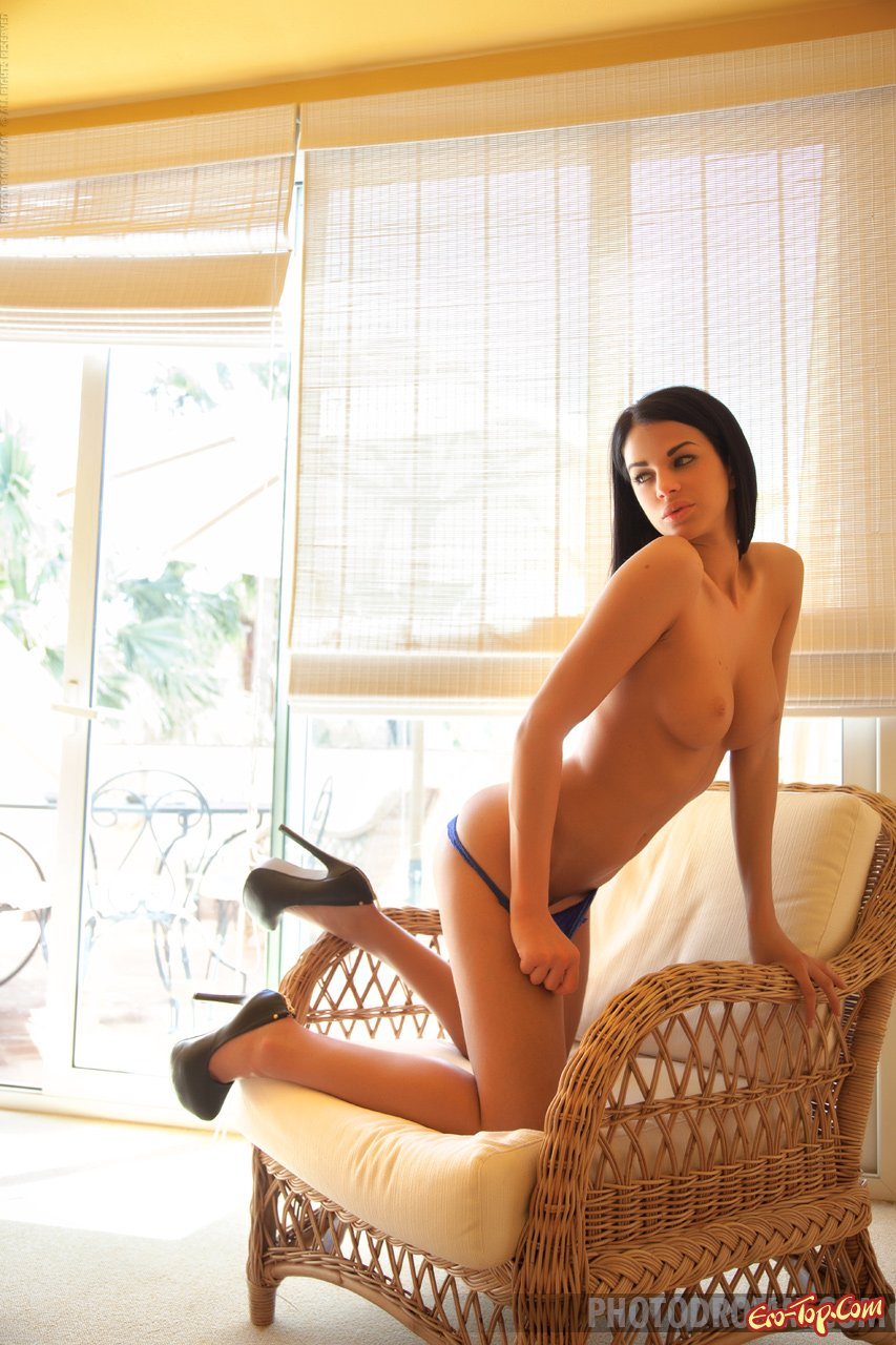 Хорошенькая шатенка с громадной грудью секс фото