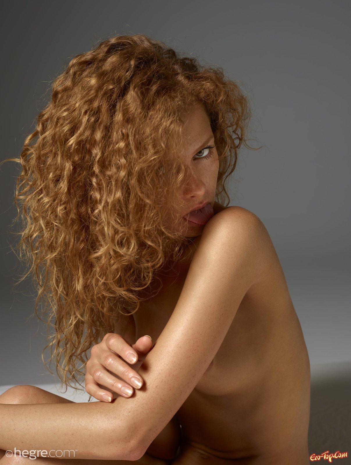 Обнаженная кучерявая красавица с рыжими волосами