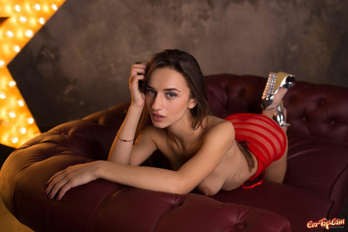 Стройная красотка голая на диване