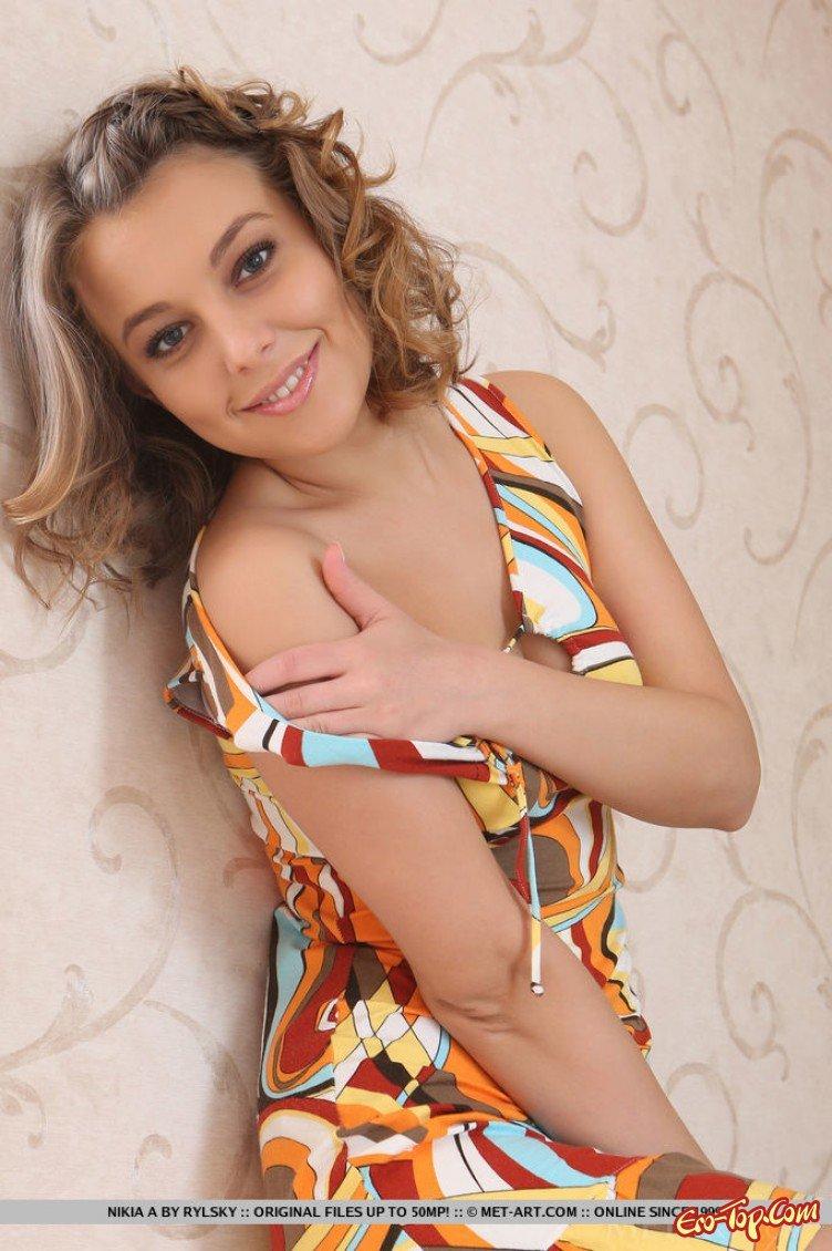 Голая девушка с бритой писькой