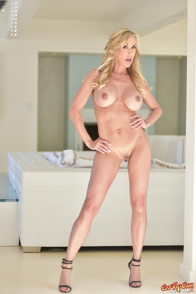 Зрелая блондиночка с гигантскими сиськами