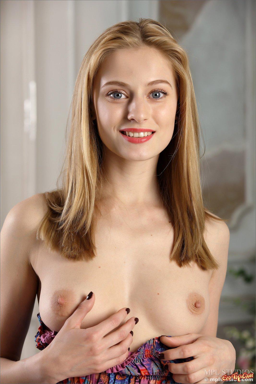 Привлекательная модель со свелыми волосами в трусах