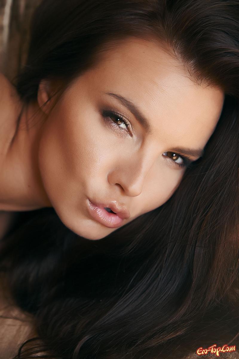 Проститутка обнажилась и показала вагину секс фото