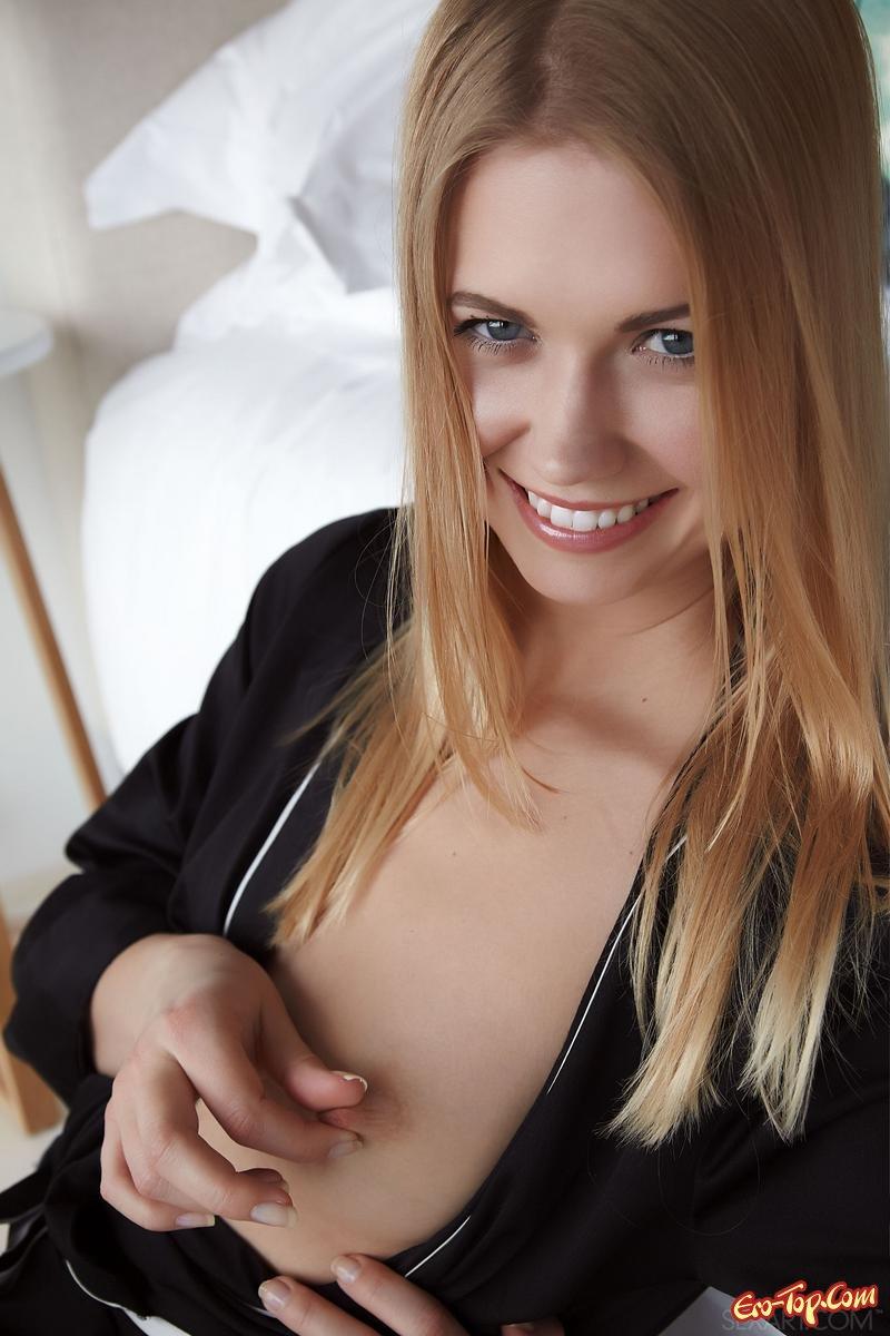 Раскрыла пилотку и обнажает секель секс фото