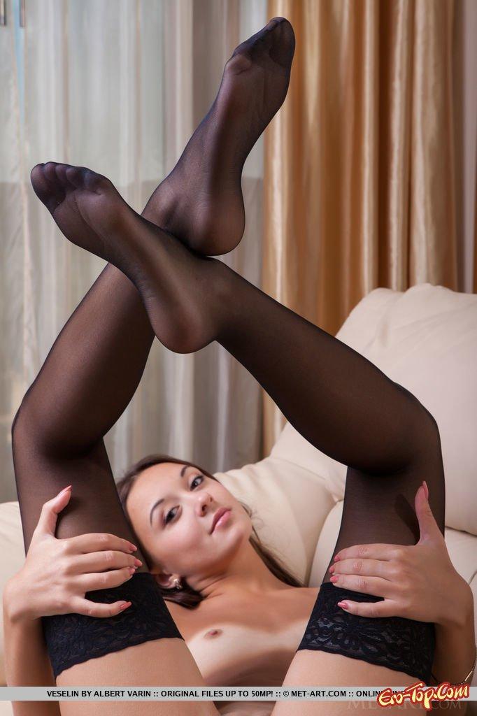 Растопырила ножки в чулочках без нижнего белья