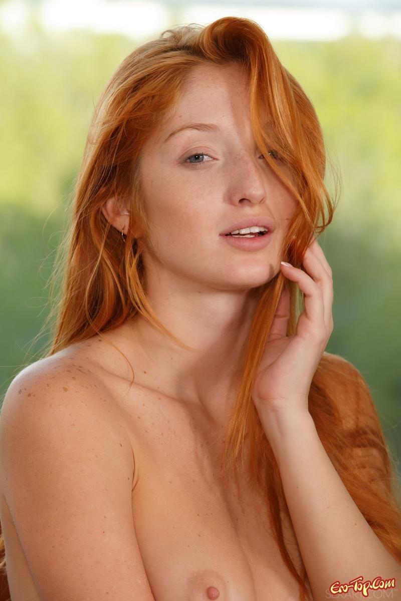 Рыжая девушка с бритой киской