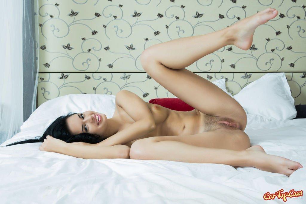 Молоденькая обнаженная брюнеточка в постели смотреть эротику