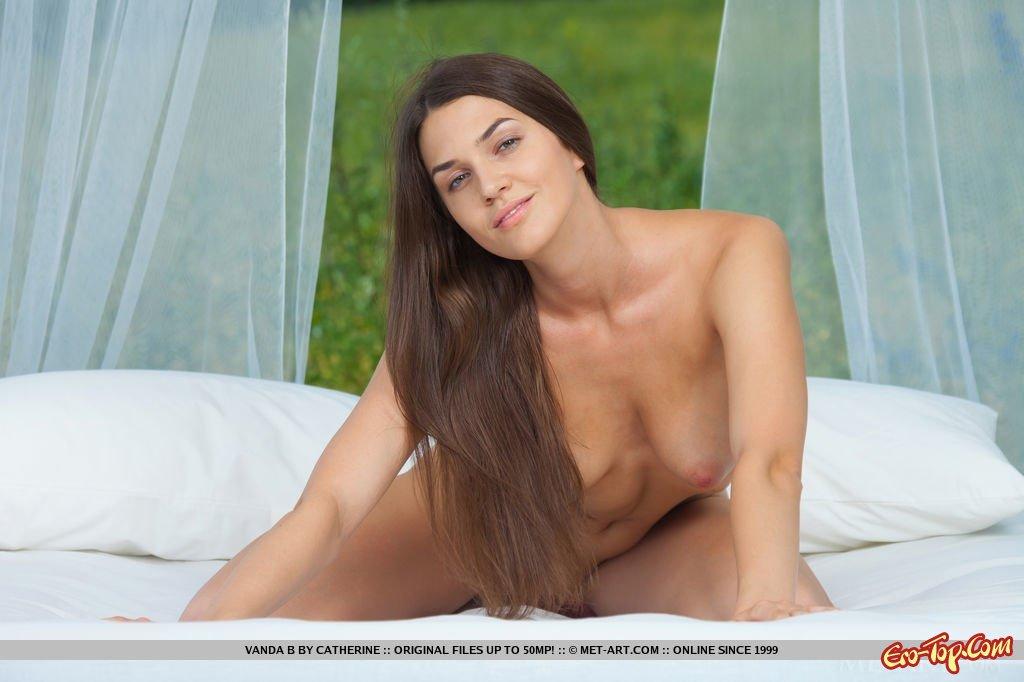 Проститутка раздевается на поляне