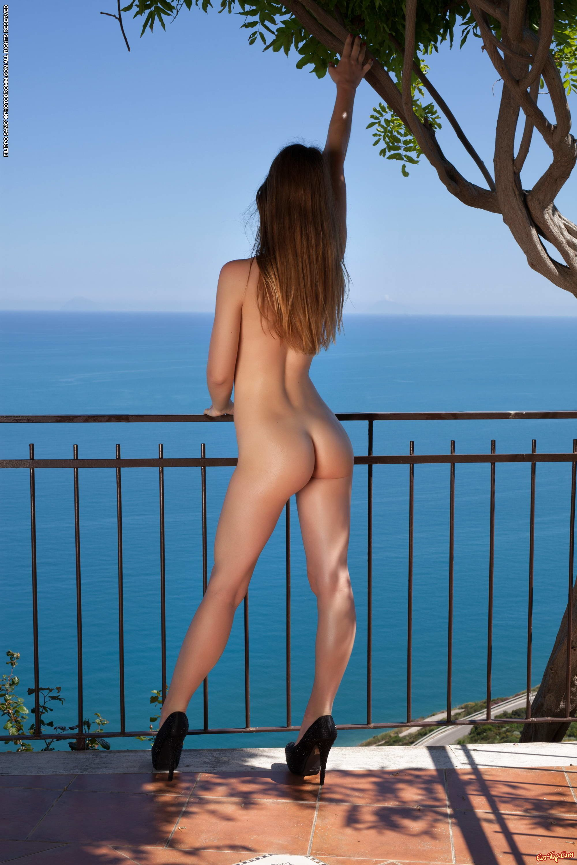 Спортивная милашка в масле секс фото