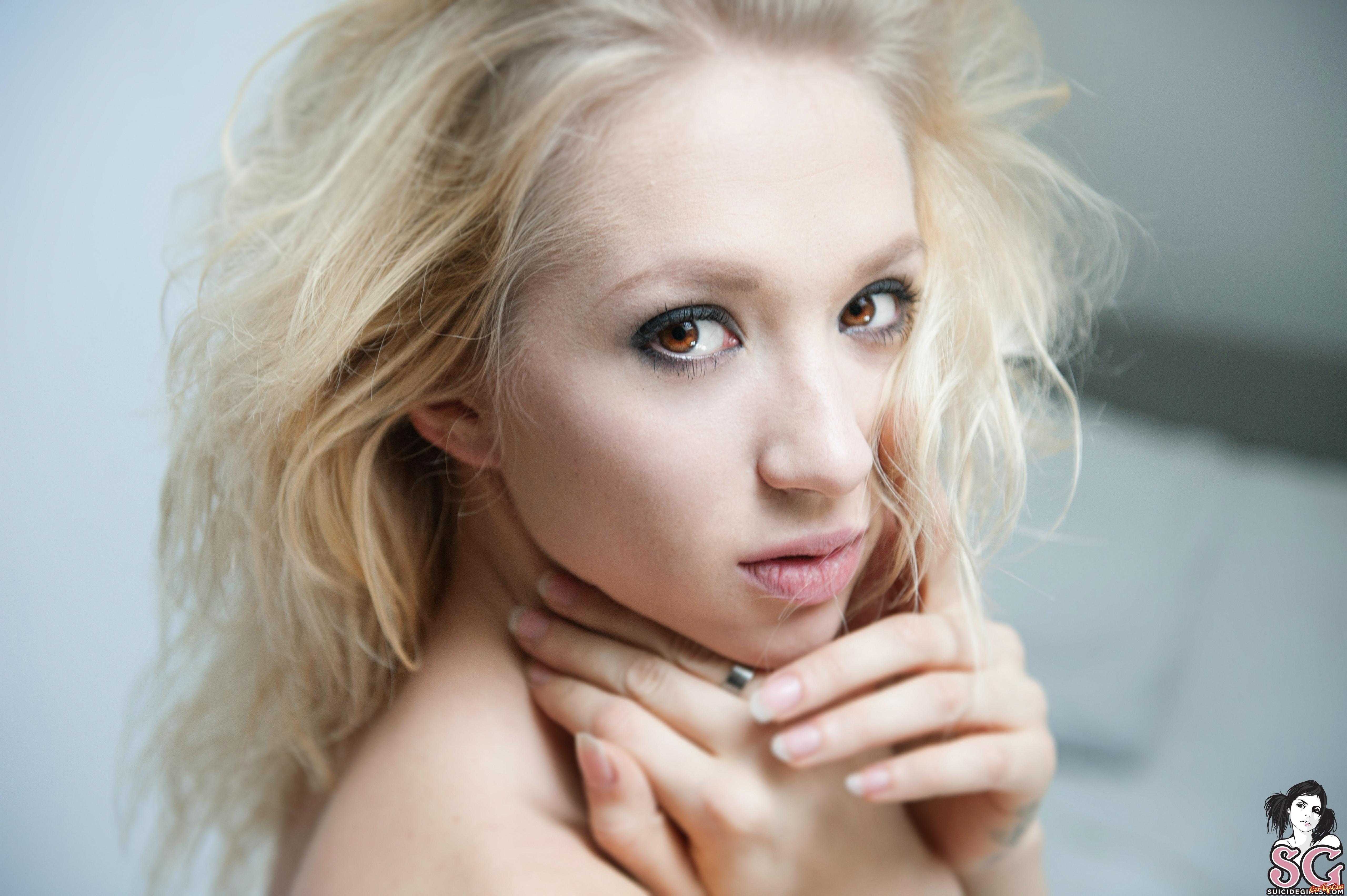 Огромная натуральная грудь раздетой блондинки