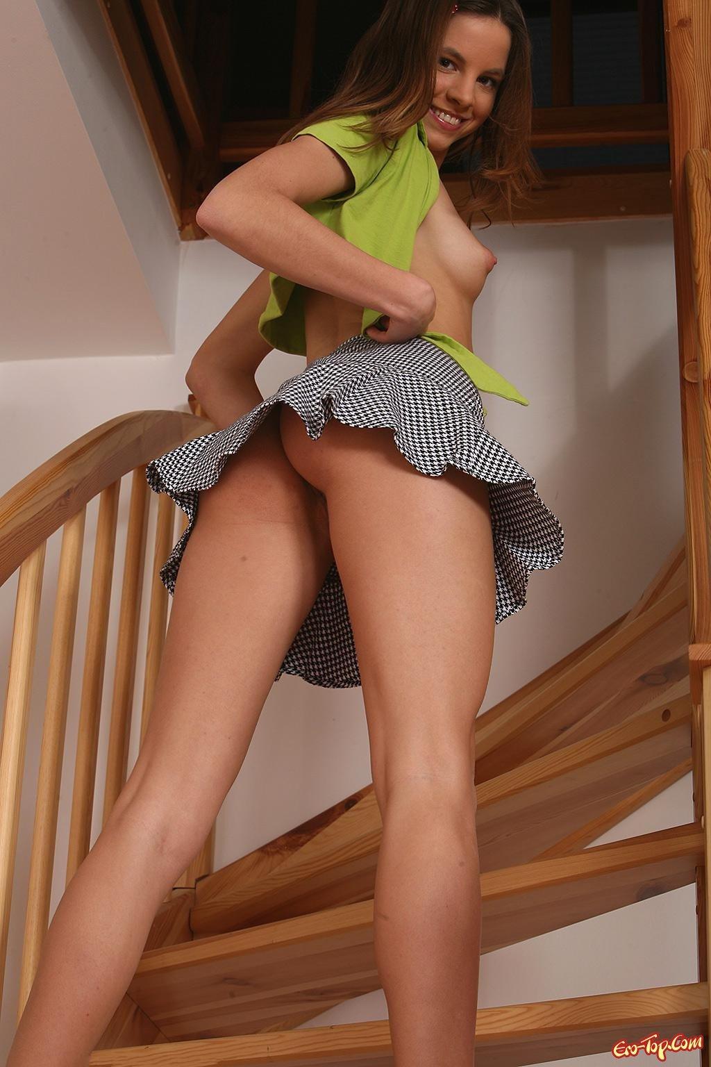 Девушка задрала юбку фото — pic 6