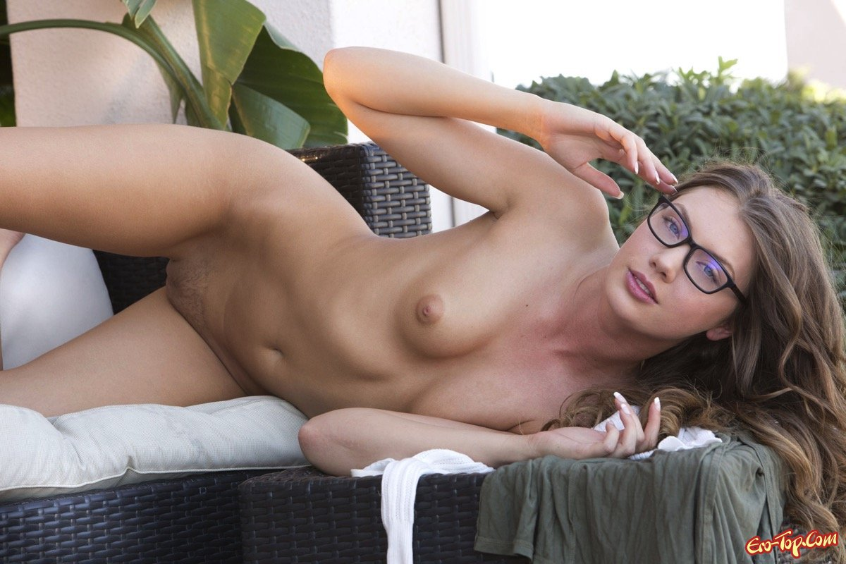 Соблазнительная нагая сучка в очках
