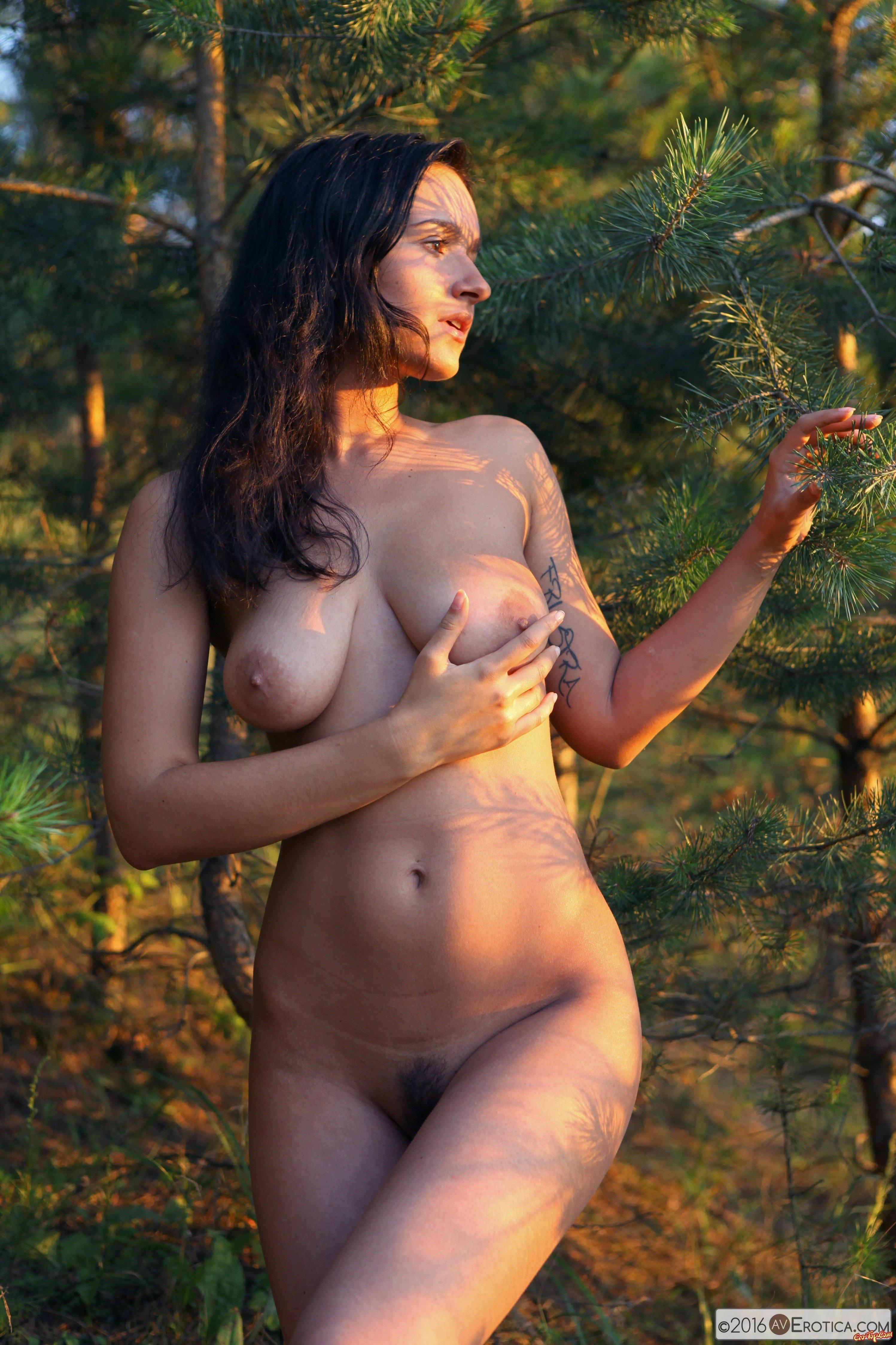 Обнаженная бродит по лесу смотреть эротику