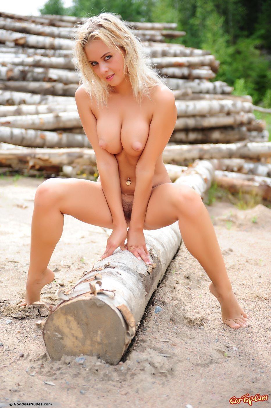 Титькастая голая блондинка