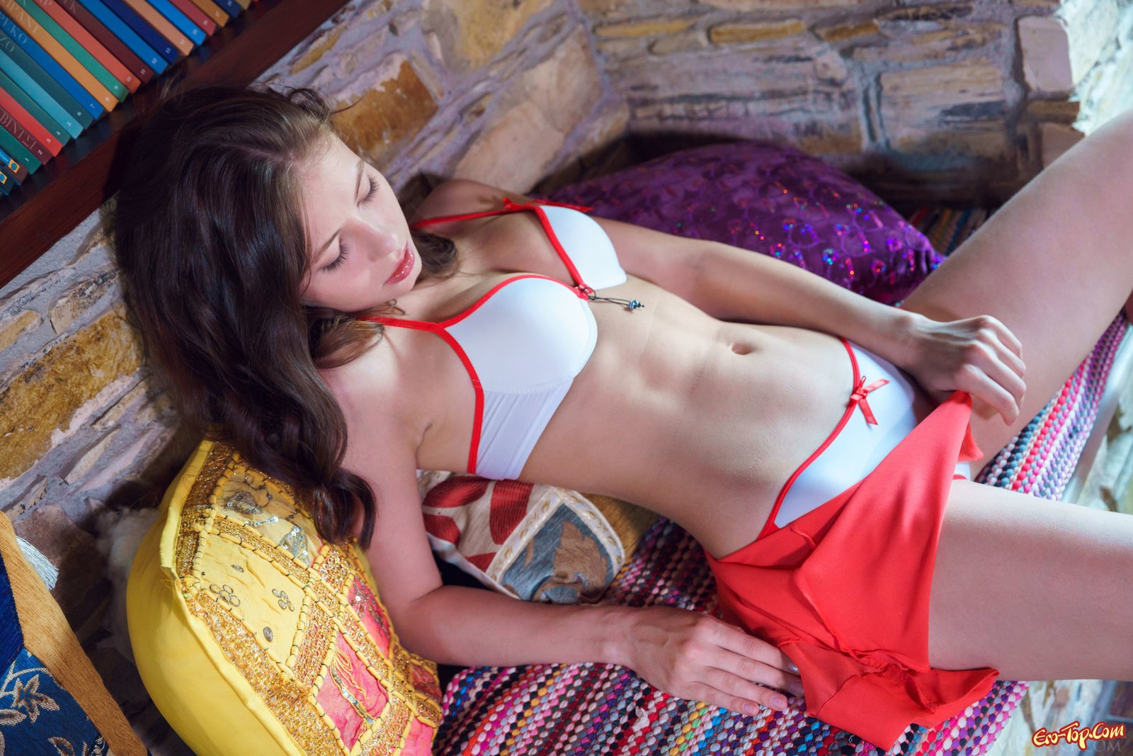 Девушка няшка снимает нижнее белье полностью