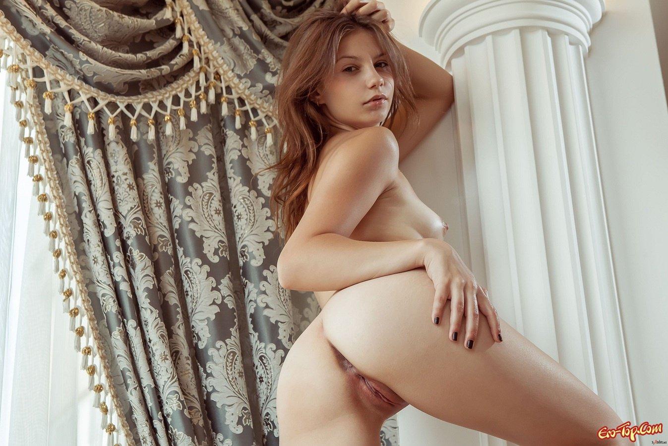 Красотка обнажила пизду крупно секс фото