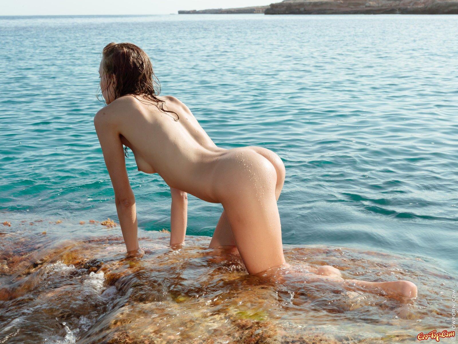 Голая сучка с упругой задницей на берегу моря смотреть эротику