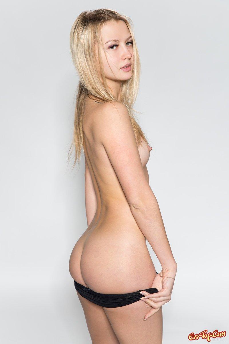 Крутая блонди с миниатюрными грудями