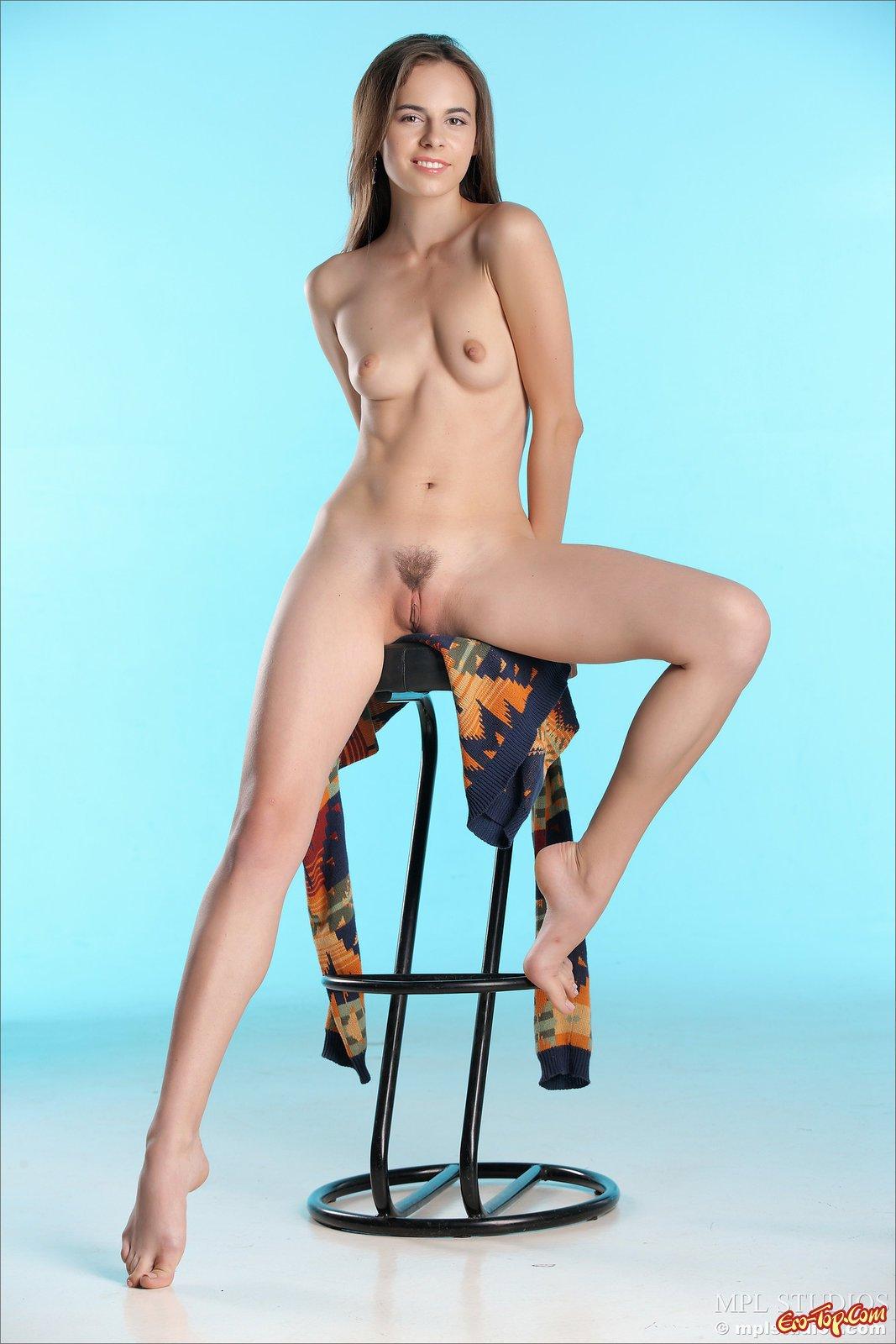 20-летняя девка с маленькими буферами и волосатым лобком