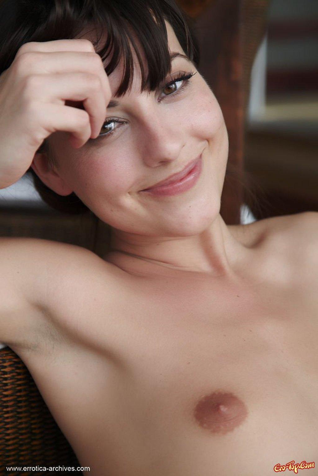 Худая девушка с плоской грудью