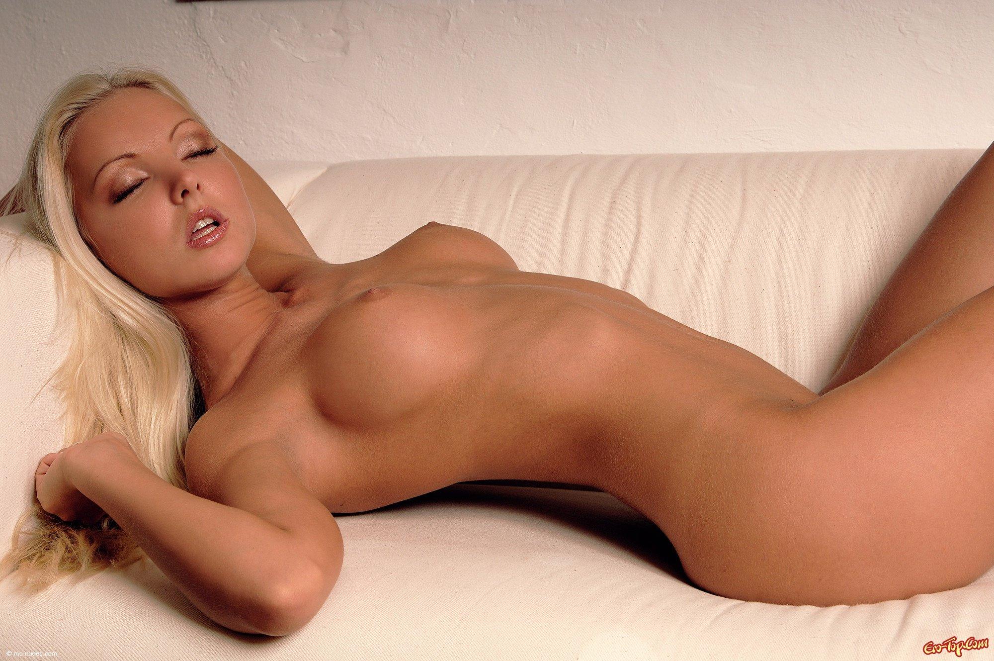 Голая смазливая блондинка